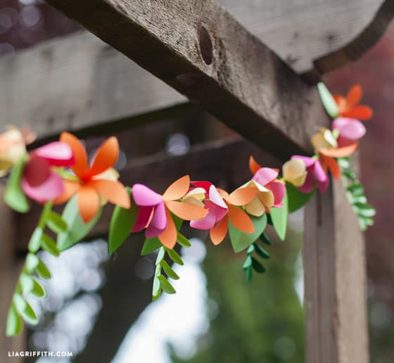Summer_Garland_Paper_Flowers-560x516